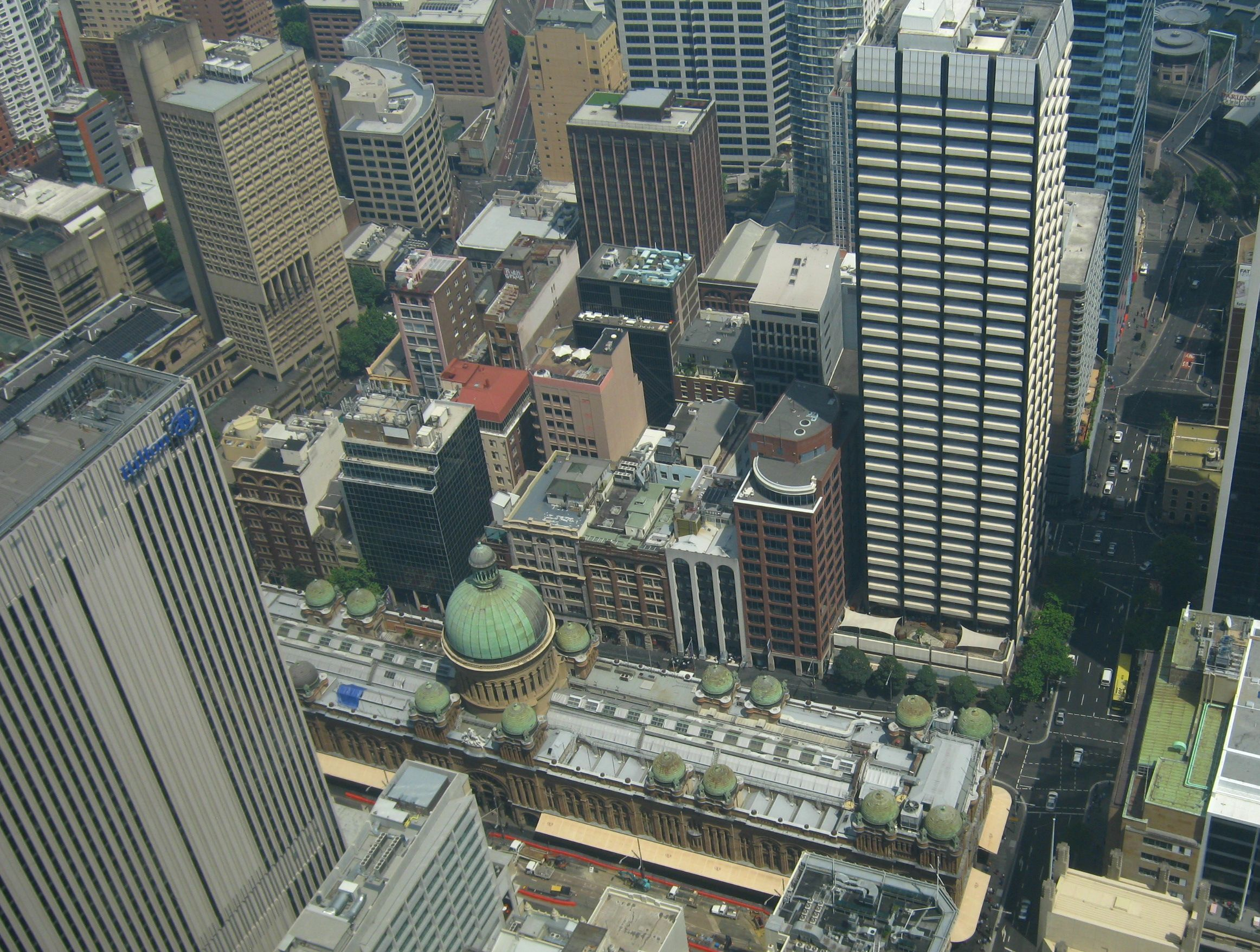 Queen Victoria Building tra edifici moderni visto dalla Sydney Tower.