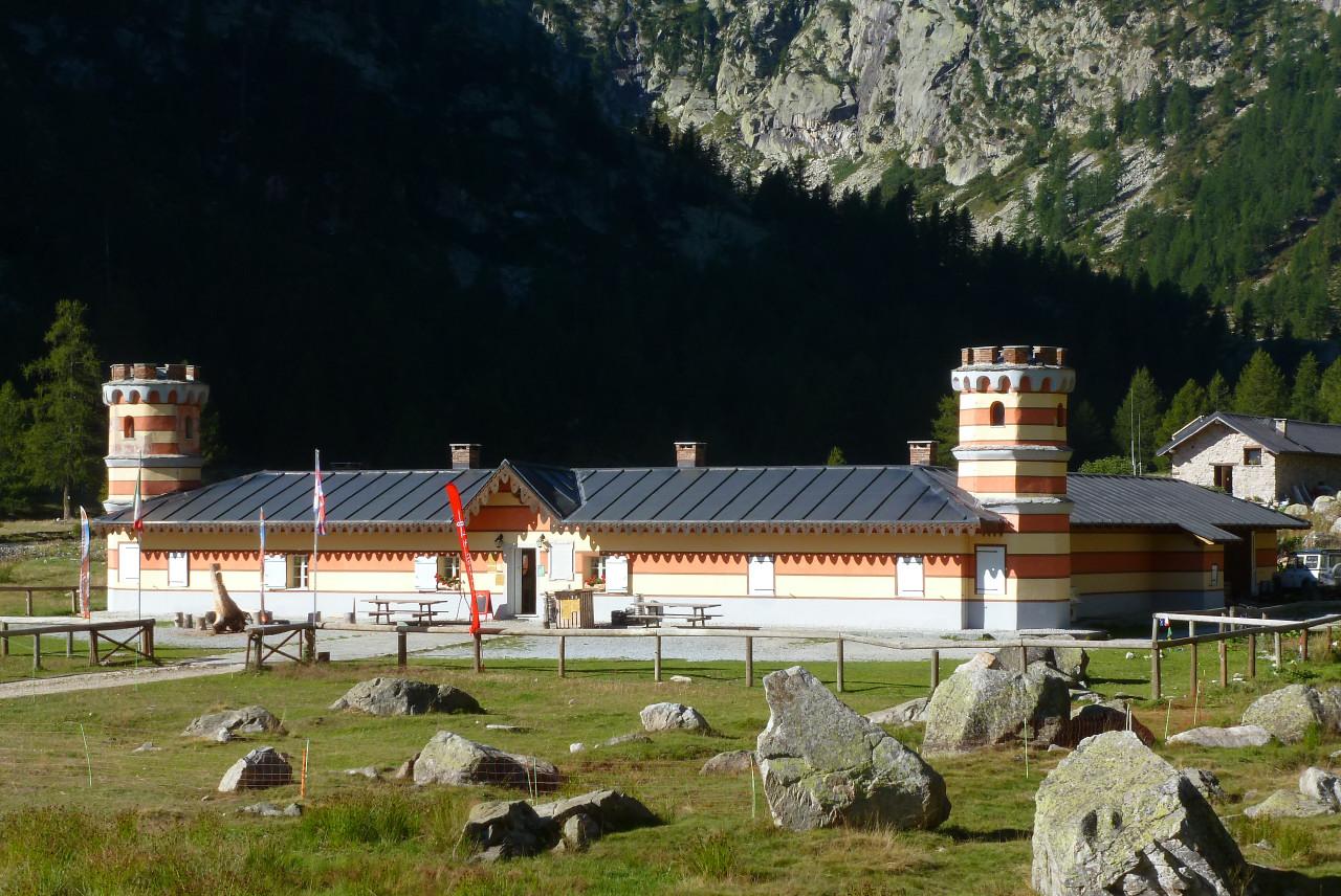 Il rifugio valasco in origine casa reale di caccia for Piani di casa artigiano molto stretta